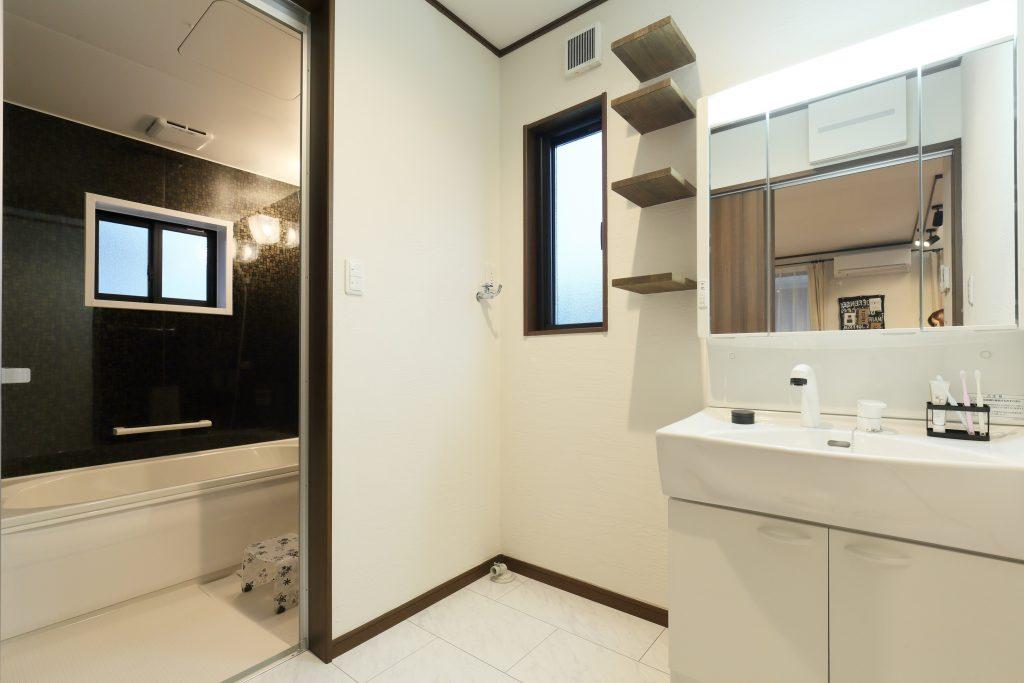 白を基調とした清潔感溢れる洗面・バスルーム