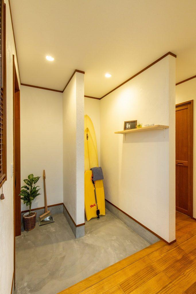 広々スペースの玄関は、自転車やサーフボードも収納できちゃいます。