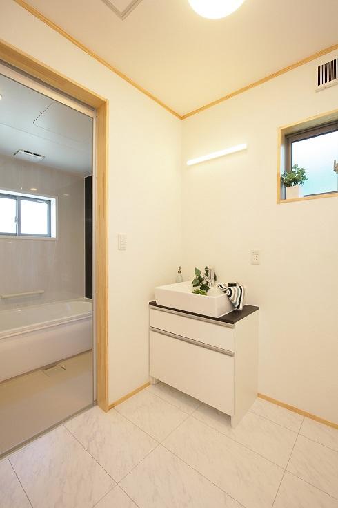 白を基調とした清潔感溢れるバスルーム
