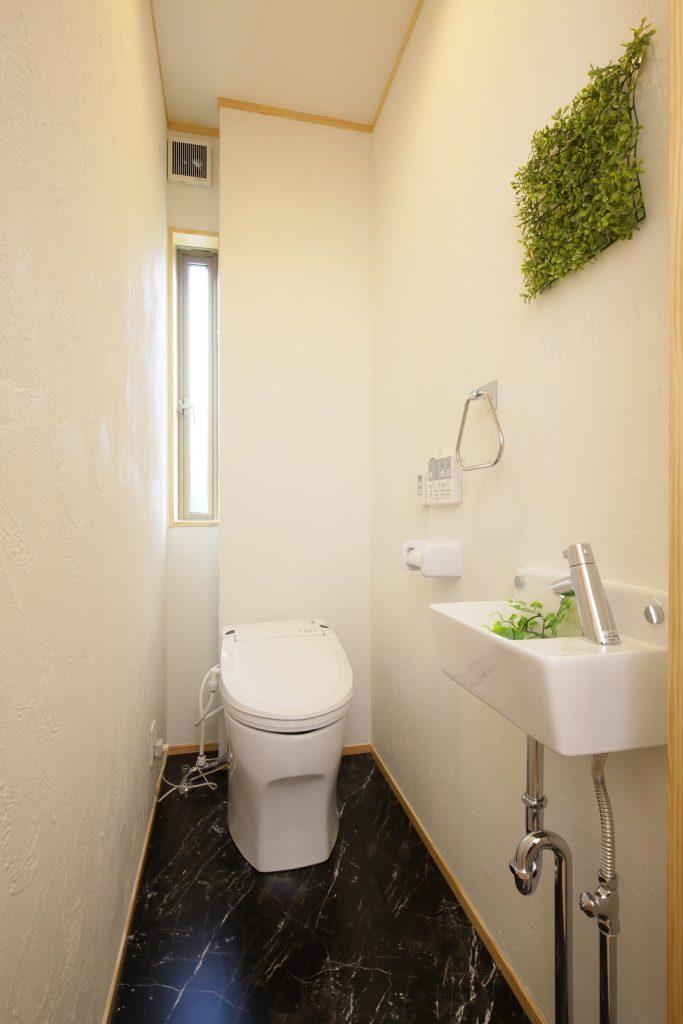小窓がついた風通しの良いトイレ
